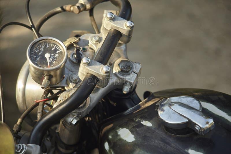 一辆老摩托车的把手及时离开 免版税库存照片