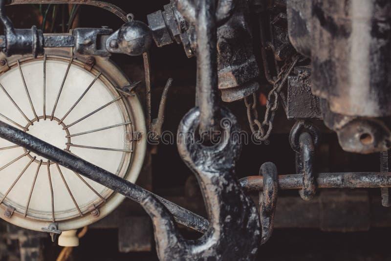 一辆老有轨电车的生锈的金属紧固件的特写镜头细节 库存图片