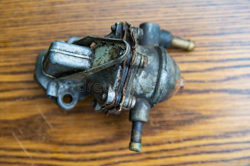 一辆老汽车的加油泵 免版税库存图片
