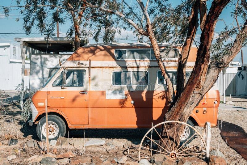 一辆老福特Econoline搬运车,在孟买海滩,在索尔顿湖在加利福尼亚 库存图片