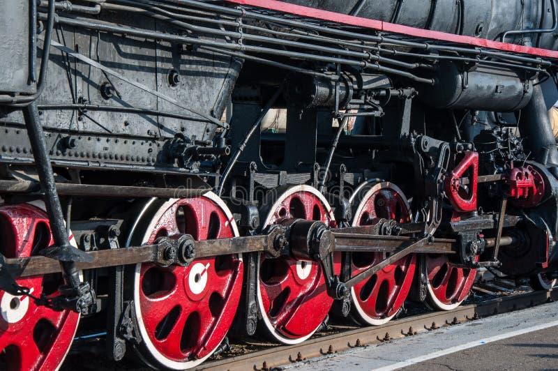 一辆老蒸汽机车的轮子 库存图片