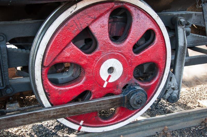 一辆老蒸汽机车的轮子 免版税库存照片