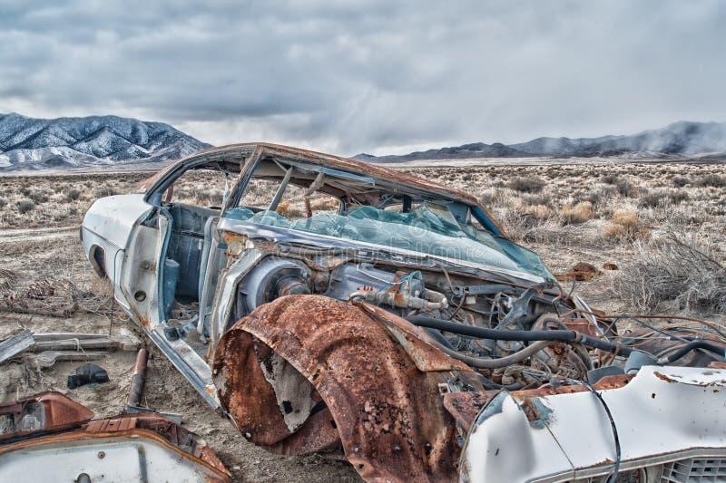 一辆老被放弃的汽车和部分的正面图在沙漠 图库摄影