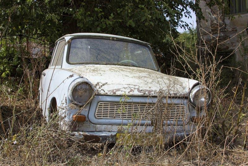 一辆老被放弃的汽车 免版税库存照片