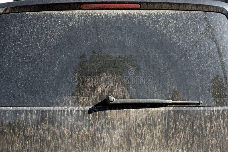 一辆肮脏的汽车的小型客车的后门 免版税图库摄影
