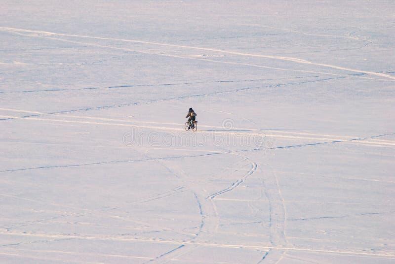 一辆自行车的渔夫在一个冻湖的冰 库存图片