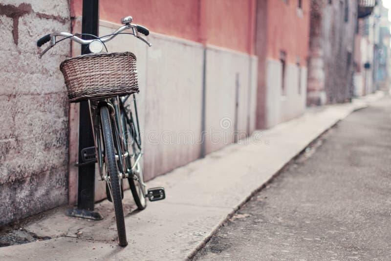 一辆自行车的葡萄酒照片在街道的 软绵绵地集中 库存照片