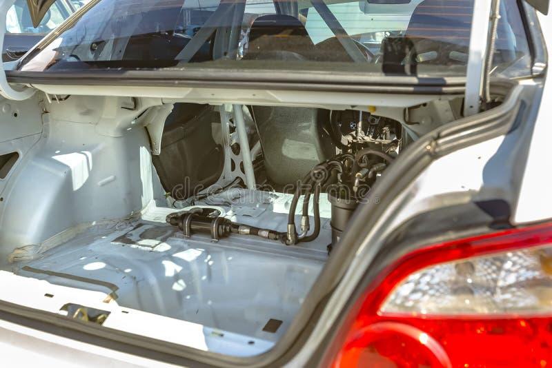 一辆被剥离的汽车的树干视图有多数内部组分remov的 图库摄影
