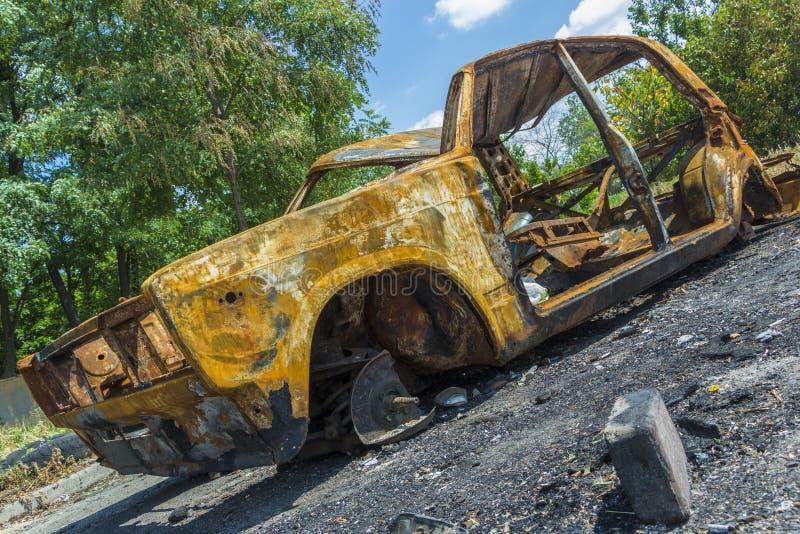 一辆被放弃的,被窃取的烧坏的汽车 免版税库存图片