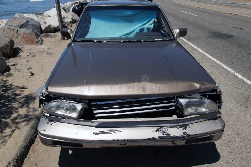 一辆被碰撞的葡萄酒汽车的正面图在街道的在马利布,加利福尼亚 库存照片