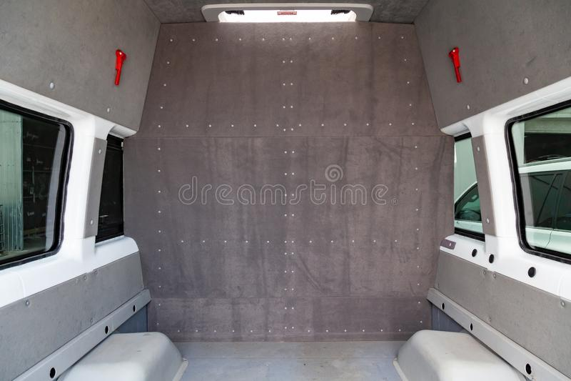一辆货物乘客汽车的行李舱在一辆搬运车背后的有划分沙龙的分开的成被整理的两部分 免版税库存图片