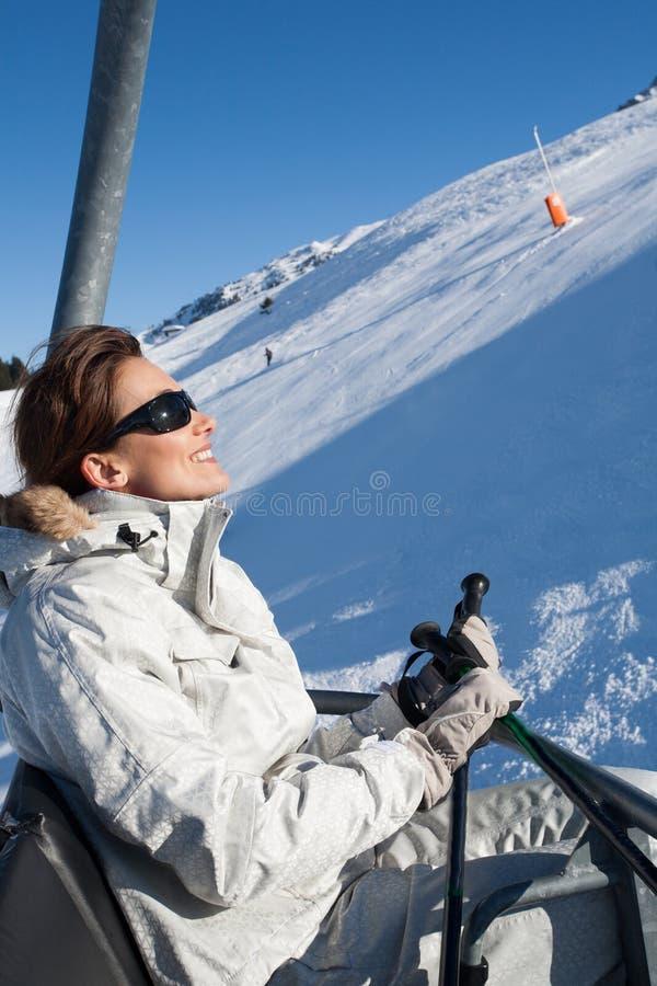 一辆驾空滑车的妇女在雪 免版税库存图片