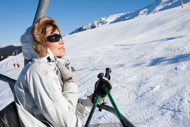 一辆驾空滑车的妇女在雪 免版税库存照片