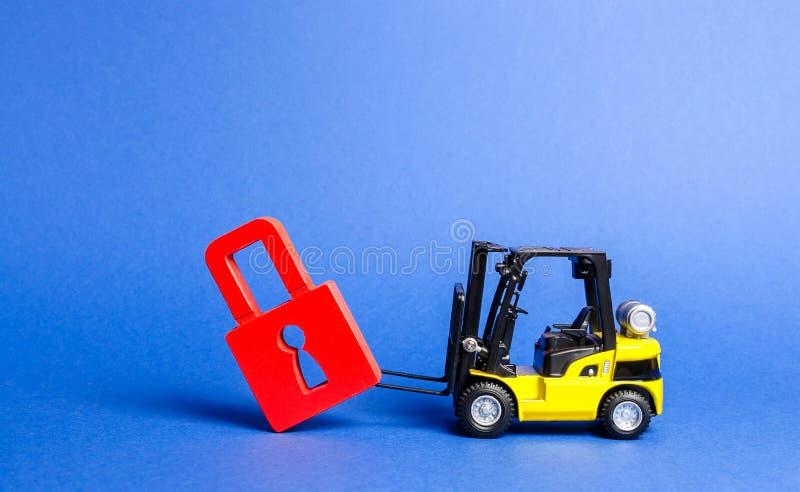 一辆黄色铲车掀动从路的红色挂锁 绕过禁止和认可制约,游说兴趣 库存图片
