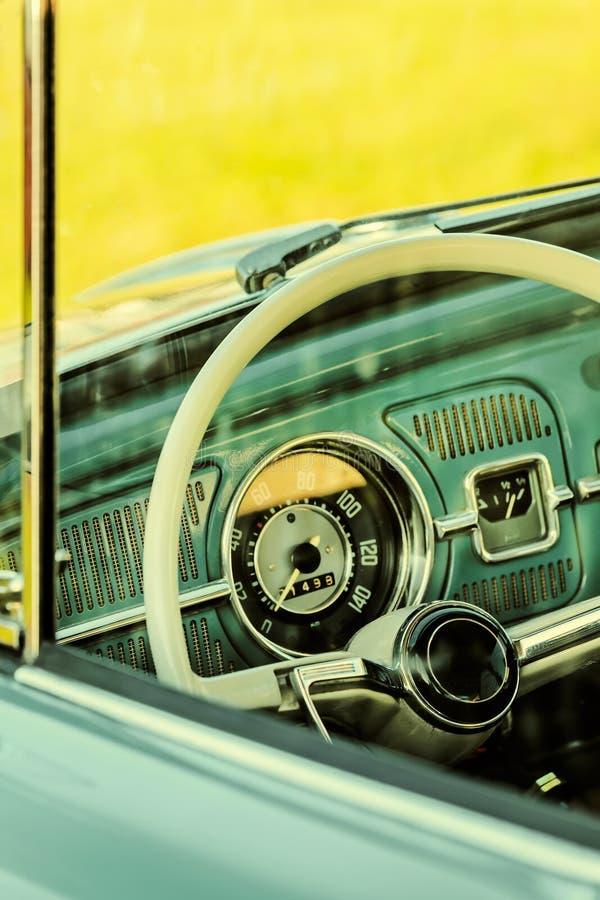 一辆经典汽车的内部的减速火箭的被称呼的图象 免版税图库摄影