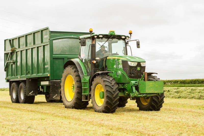 一辆绿色约翰Deere拖拉机和贝里拖车 库存照片