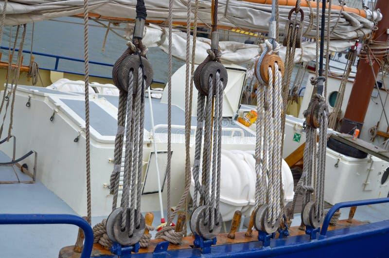 一辆绳索滑轮或滑车的看法在风船 免版税库存照片