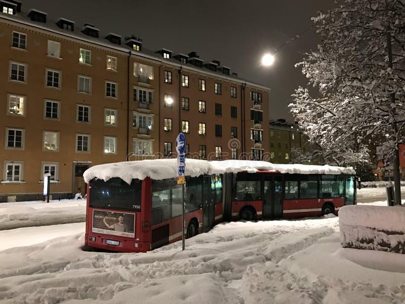 一辆SL公共汽车在斯德哥尔摩瑞典放弃了由于暴雪风暴 公共交通工具系统不跑由于冬天天气 库存图片