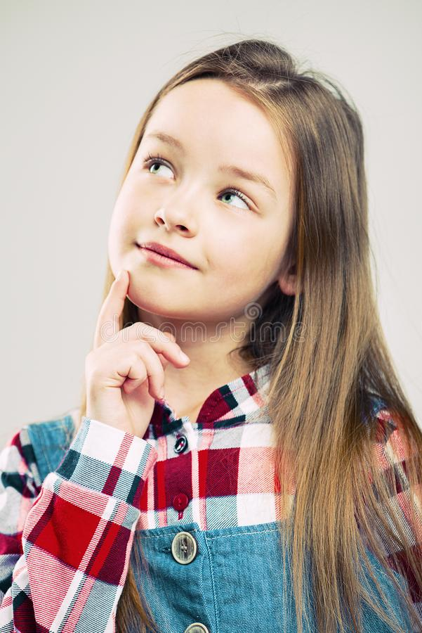 一逗人喜爱的女孩的画象 r 孩子并且作梦想出 儿童的情感 免版税图库摄影