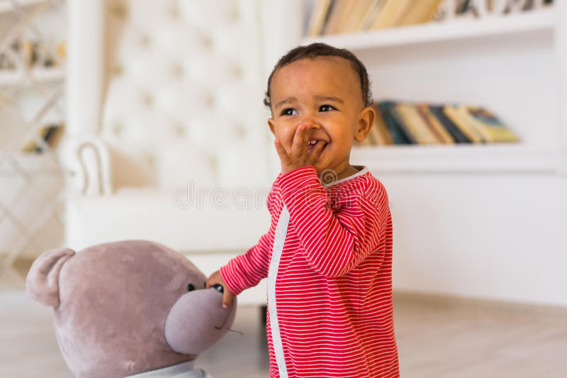 一逗人喜爱矮小非裔美国人男孩微笑的画象 免版税库存照片