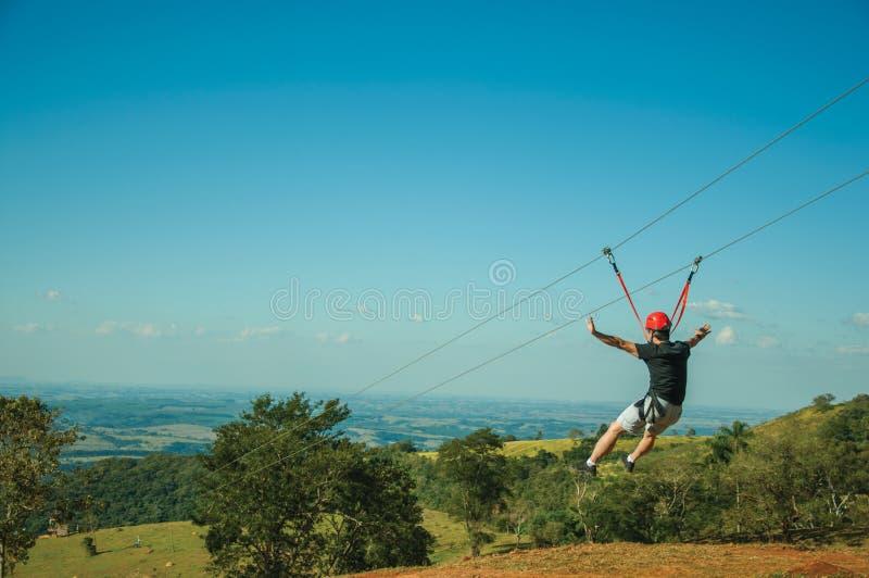 一邮编线路的人在草甸和树 图库摄影