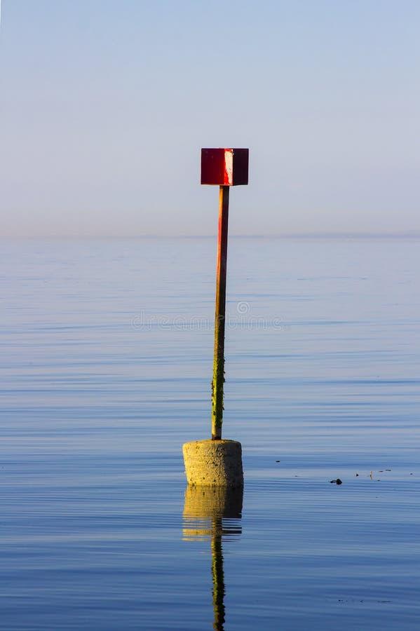 一部典型的固定的危险警告和指点信标台导航设备与雷达反射器 库存图片