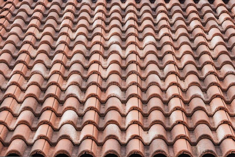 一部分水平的纹理的黏土瓦片一个老棕色屋顶  免版税库存照片