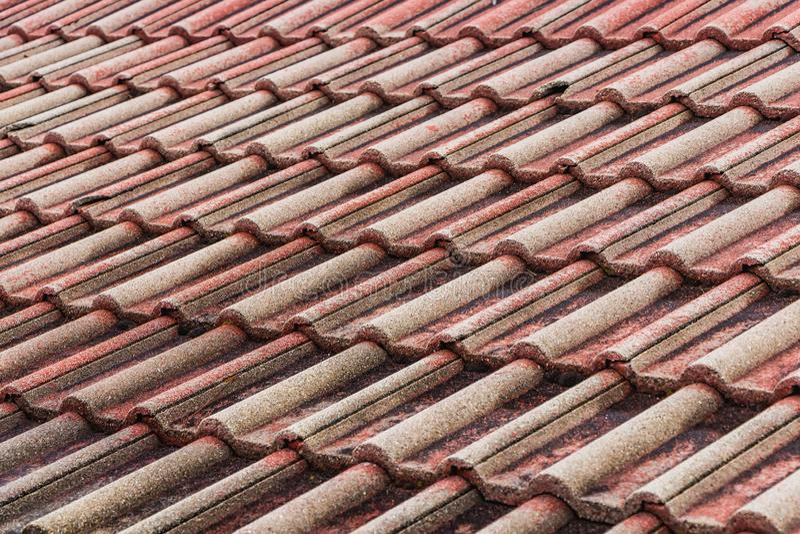 一部分水平的纹理的黏土瓦片一个老棕色屋顶  库存图片