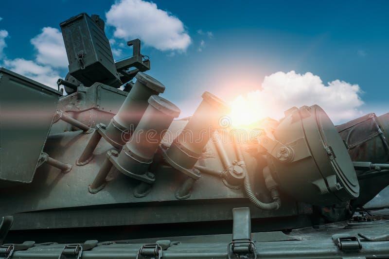 一部分特写镜头的与塔的老军事坦克反对天空蔚蓝 免版税库存照片