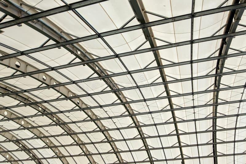 一部分的一个现代大厦的半圆屋顶 在飞机棚、购物、体育或者工厂厂房的天花板 纹理 免版税库存照片