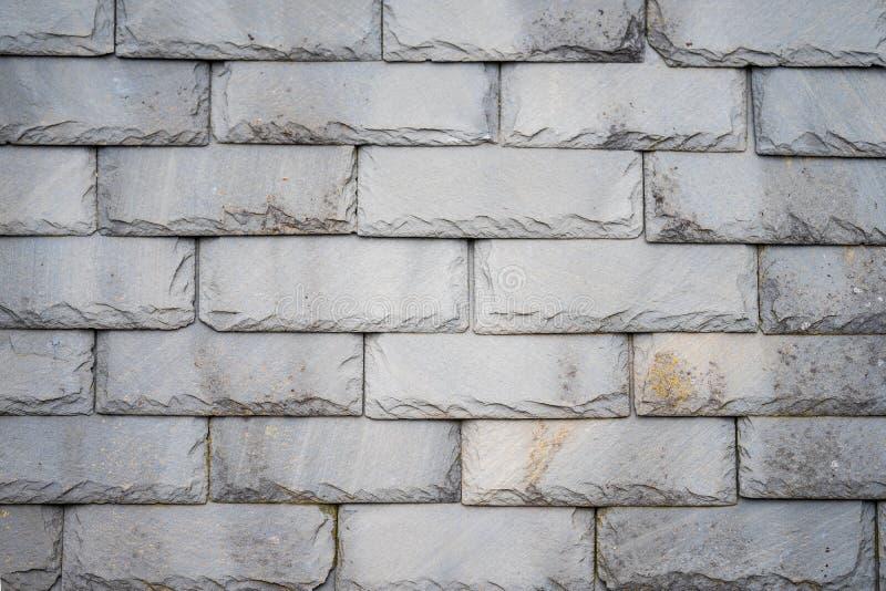 一部分的一个olf被风化的板岩瓦屋顶作为背景 特写镜头灰色石瓦片的细节样式 免版税库存图片
