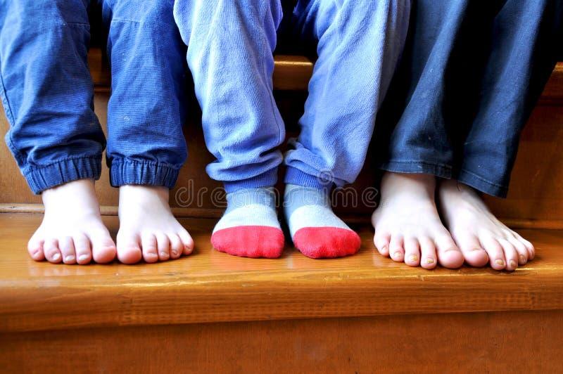 一部分的三个孩子的腿 图库摄影
