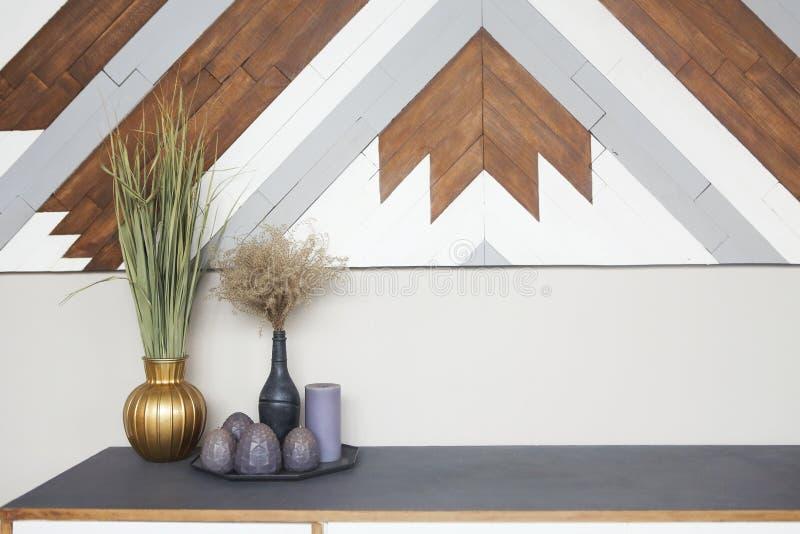 一部分的与木洗脸台、葡萄酒花瓶和蜡烛的室内部对轻的墙壁 库存图片