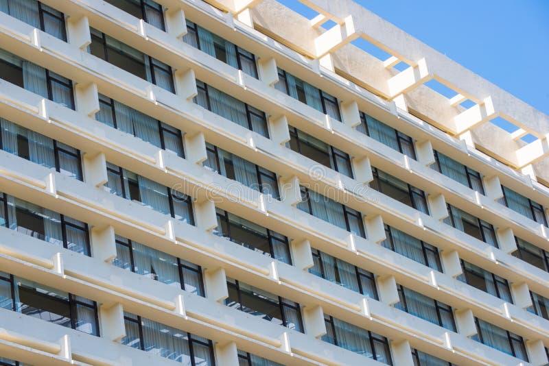 一部分的与窗口的公寓房大厦 免版税库存图片