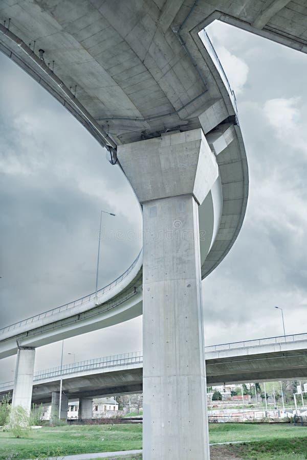 一部分的从看法,贝尔格莱德,塞尔维亚,Ada桥梁下面的现代桥梁建筑学 图库摄影