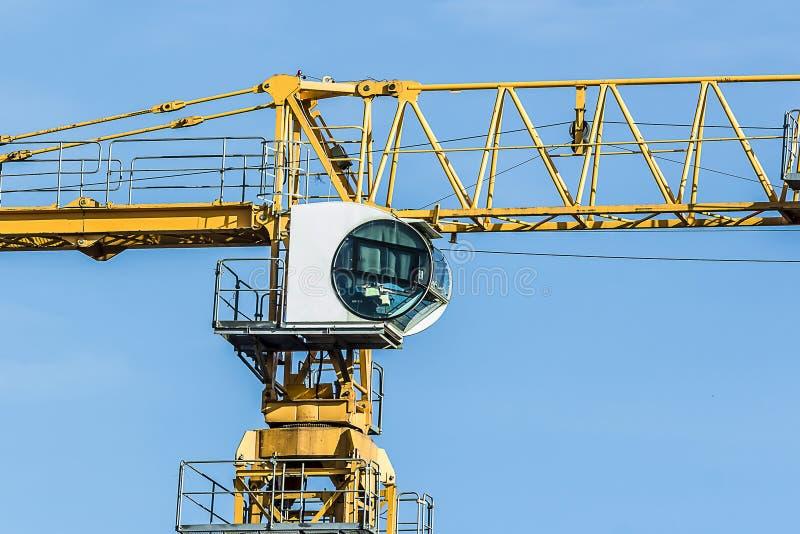 一部分的反对天空的黄色建筑塔吊胳膊 库存图片