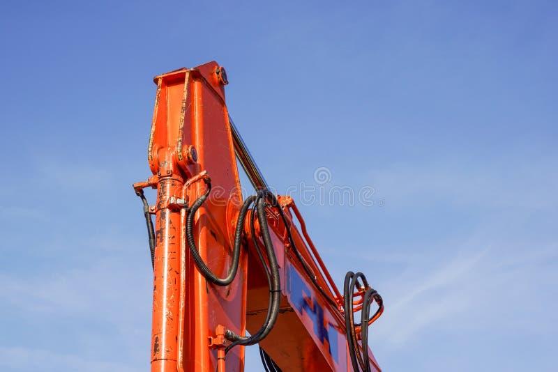 一部分的反对蓝天的黄色建筑塔吊胳膊 免版税库存图片