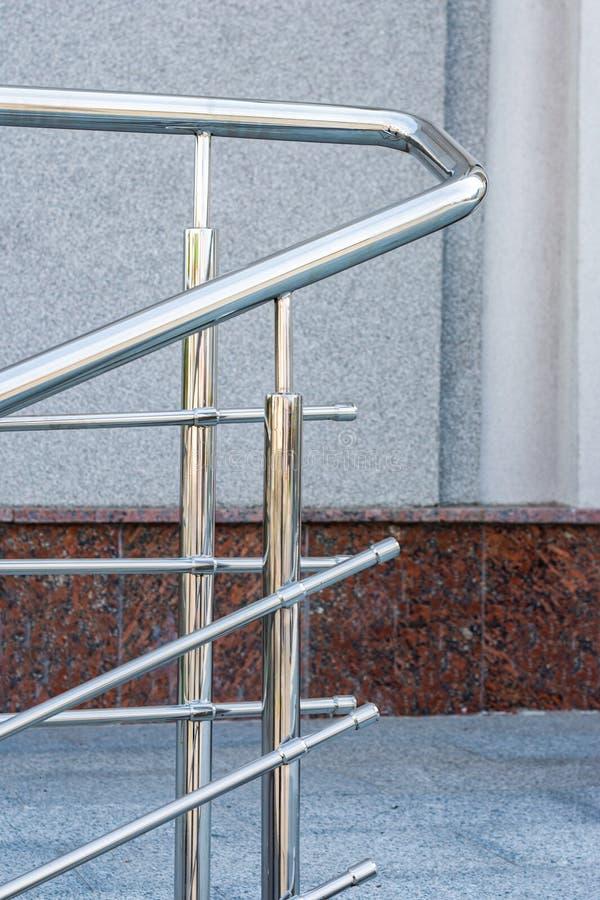一部分的台阶和扶手栏杆不锈钢天 免版税库存图片