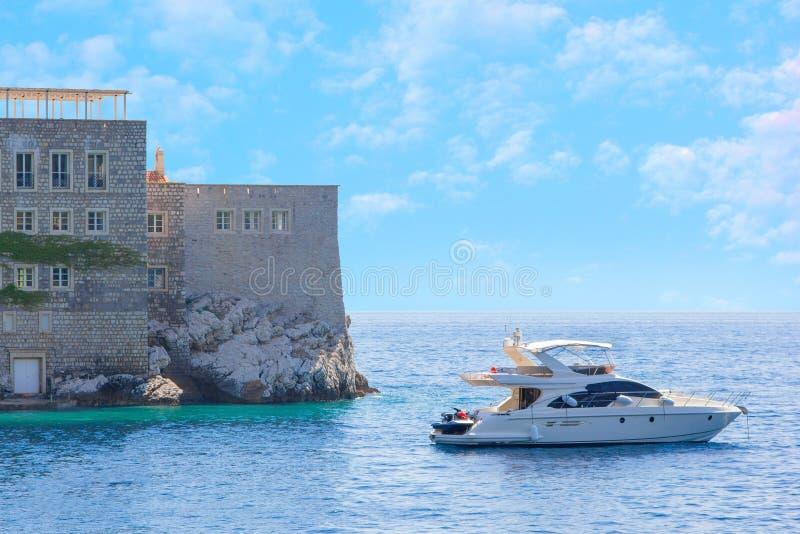 一部分的圣斯特凡岛和航行海岛在海湾游艇外面,去除从相反岸 免版税库存图片