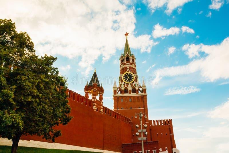 一部分的在克里姆林宫Spasskaya塔附近的墙壁与编钟 图库摄影