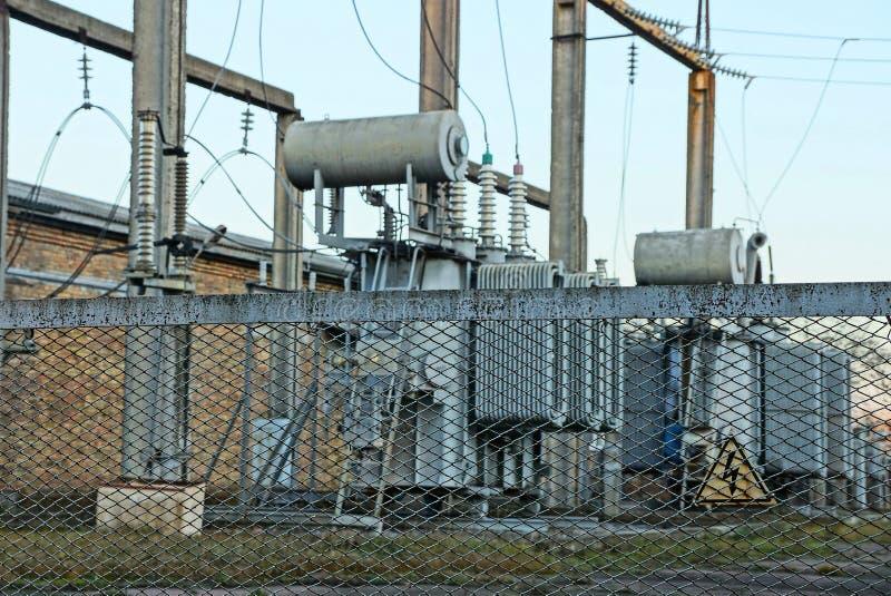 一部分的在街道上的一个发电站在铁篱芭后 库存照片