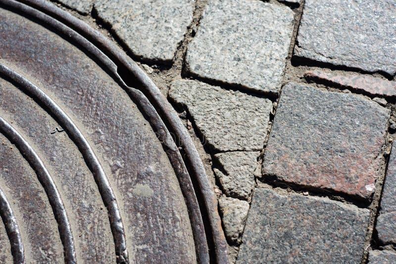 一部分的在铺路石的下水道 免版税库存图片