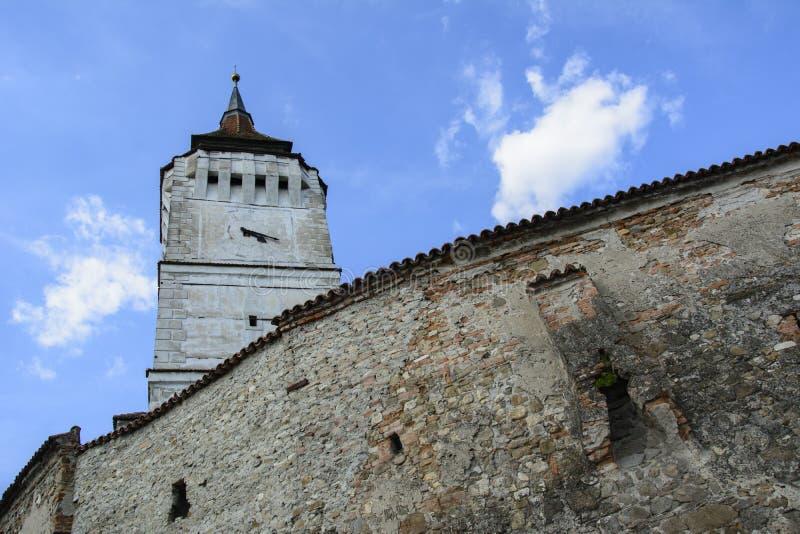 一部分的墙壁和塔Rotbav加强了教会,特兰西瓦尼亚,罗马尼亚 库存图片