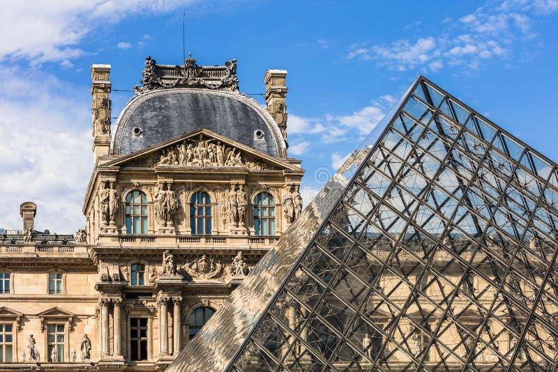 一部分的天窗宫殿罗浮宫 法国巴黎 图库摄影