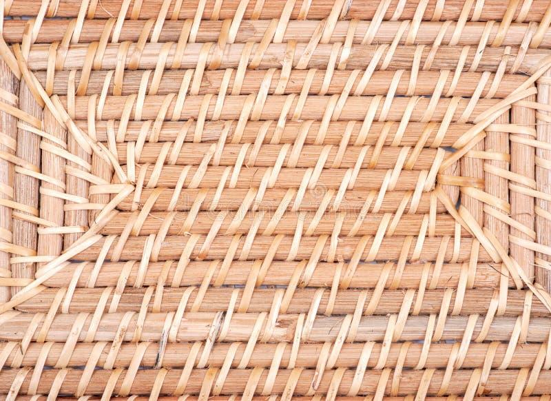 一部分的手织在印度尼西亚异乎寻常和功能藤条存贮篮子喜欢背景 免版税库存图片