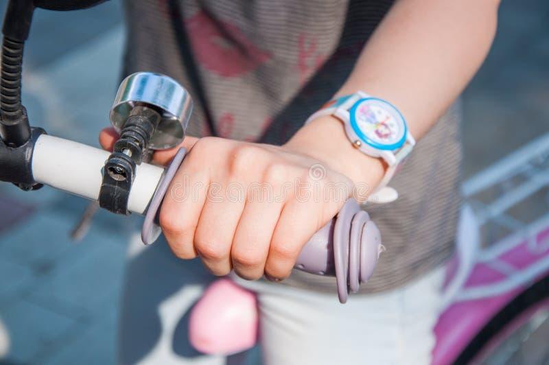 一部分的方向盘 儿童的自行车 孩子的手轮子的 库存图片