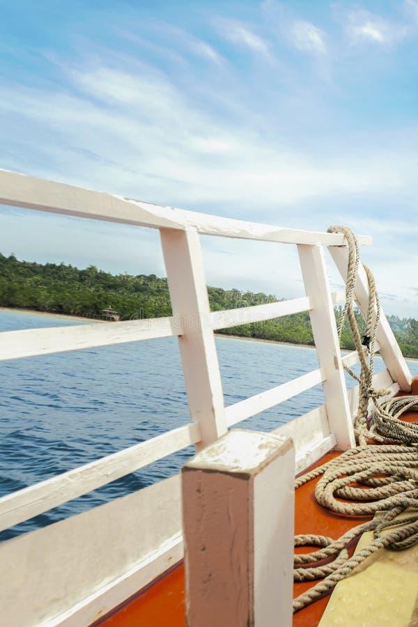 一部分的有凉快和令人敬畏的蓝天的客船 库存照片
