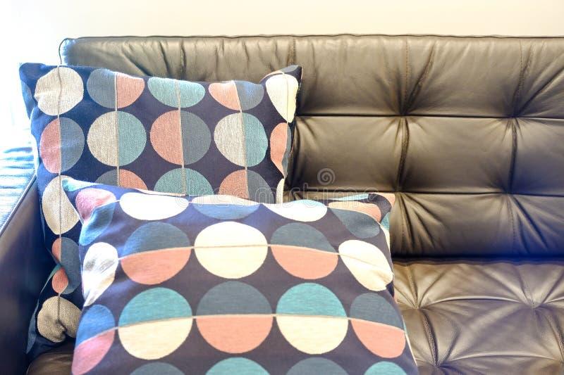 一部分的有枕头的棕色皮革沙发 图库摄影