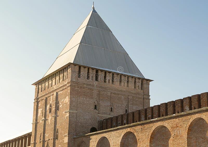 一部分的有漏洞的防御堡垒墙壁成拱形砖方形的塔  免版税库存图片
