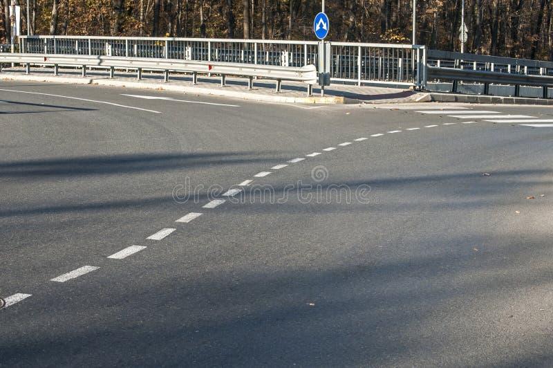 Download 一部分的柏油路环形交通枢纽 库存图片. 图片 包括有 环形交通枢纽, 圈子, 方向, 符号, 建筑, 曲线 - 62539685
